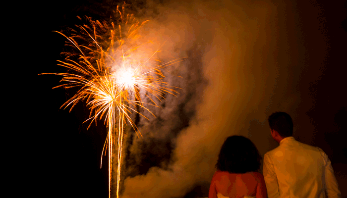 Couple de mariés devant un feur d'artifice