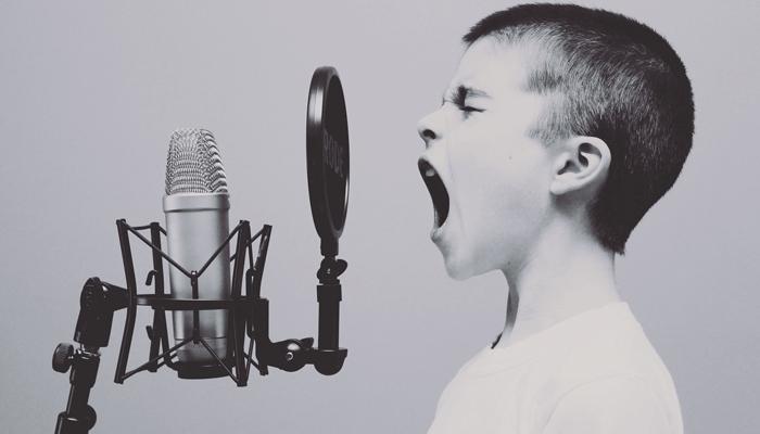 Enfant qui chante micro Votre Partenaire Festif